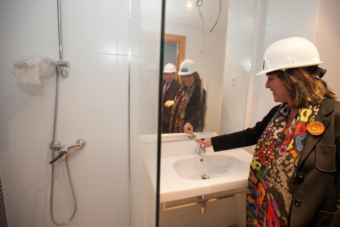 La alcaldesa visita los pisos de alquiler asequible de la for La caixa pisos embargados