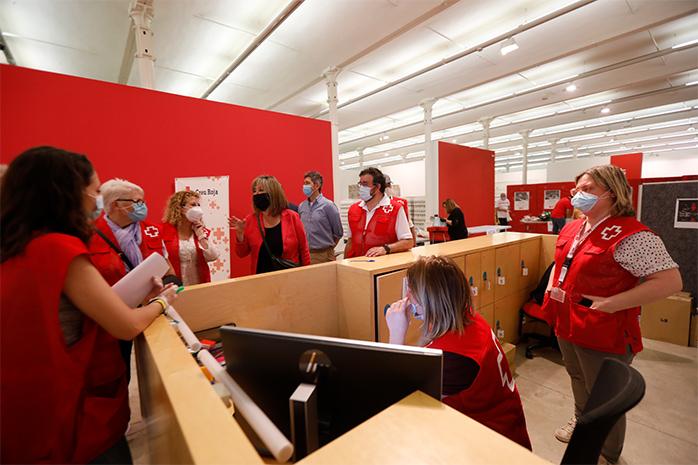 ©? L'alcaldessa Núria Marín visitant el banc d'aliments de la Creu Roja. Ajuntament de L'Hospitalet, 2020.